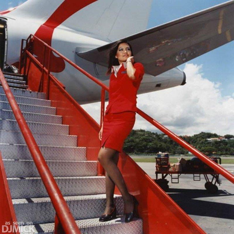 Стюардесса удовлетворяет ручками пассажира 19 фотография