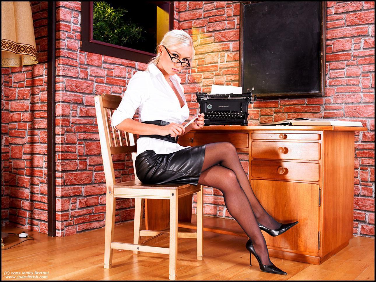 Секретарша в латексе 2 фотография